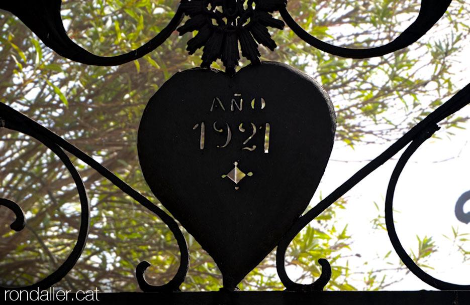 La data 1921 a l'entrada del cementiri de Sant Andreu d'Estanyol.