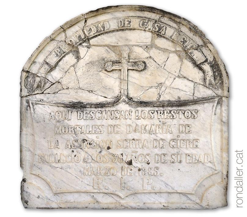 Església de Sant Andreu d'Estanyol. Detall de la llosa d'un nínxol del segle XIX..