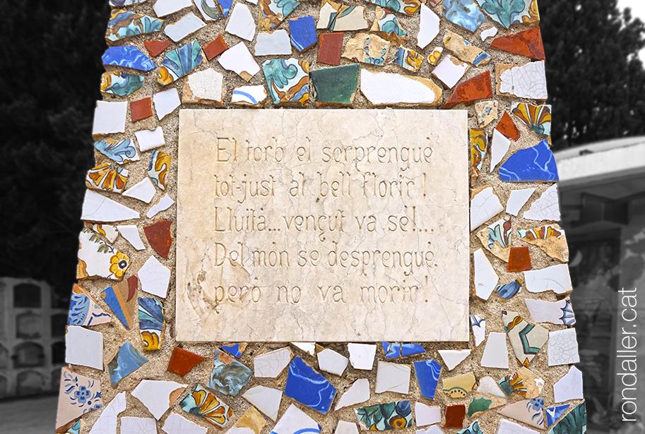 Cementiri de Cabrera de Mar. Mausoleu de trencadís del poeta Antoni Isern.