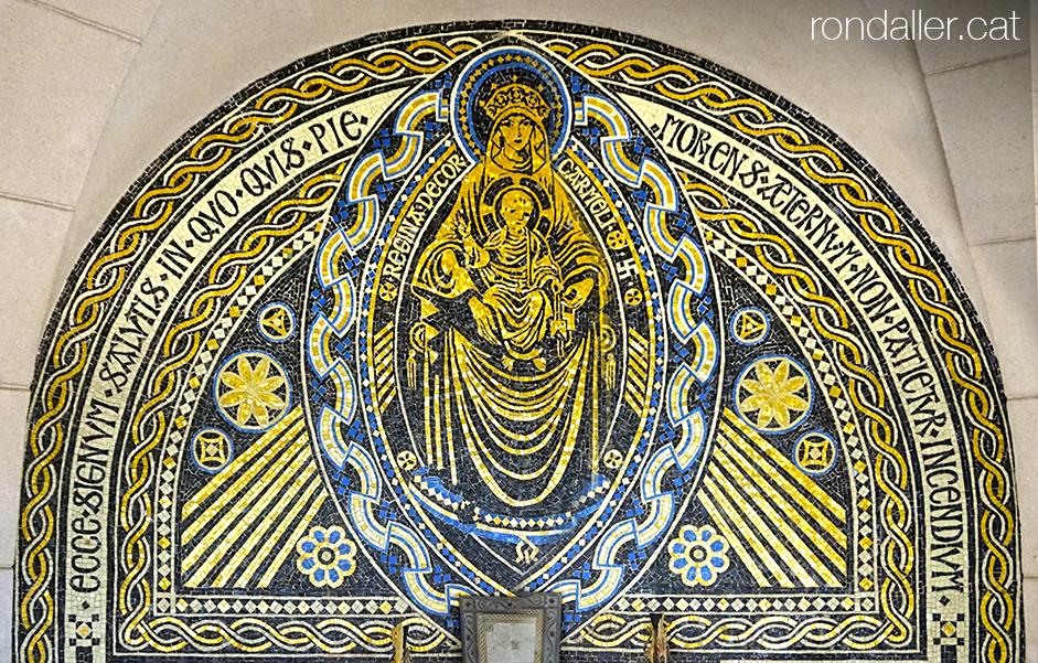 Mosaic realitzat per Mario Maragliano a l'interior del panteó de Josep Domènech i Estapà.