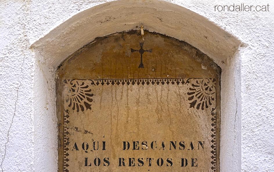 Nínxol al cementiri de Cabrera de Mar (Maresme).