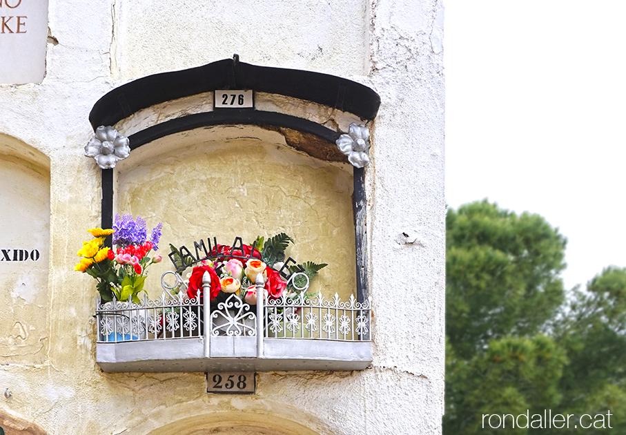 Nínxol amb un petit balconet amb flors de plàstic.