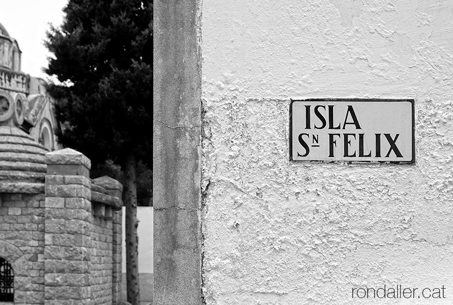 Cementiri de Cabrera de Mar. Retolació d'una de les illes del recinte.