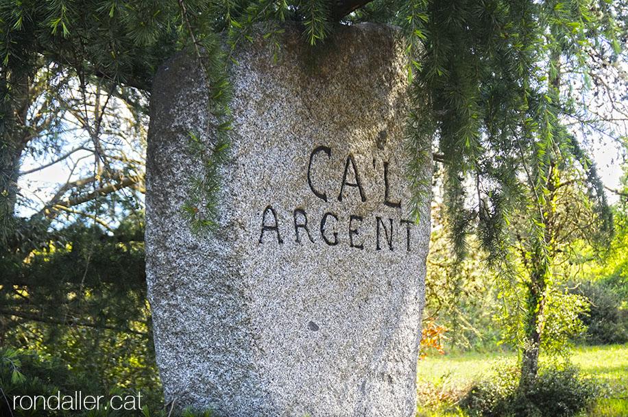 Fita de granit amb el nom del mas de Ca l'Argent a La Roca del Vallès.