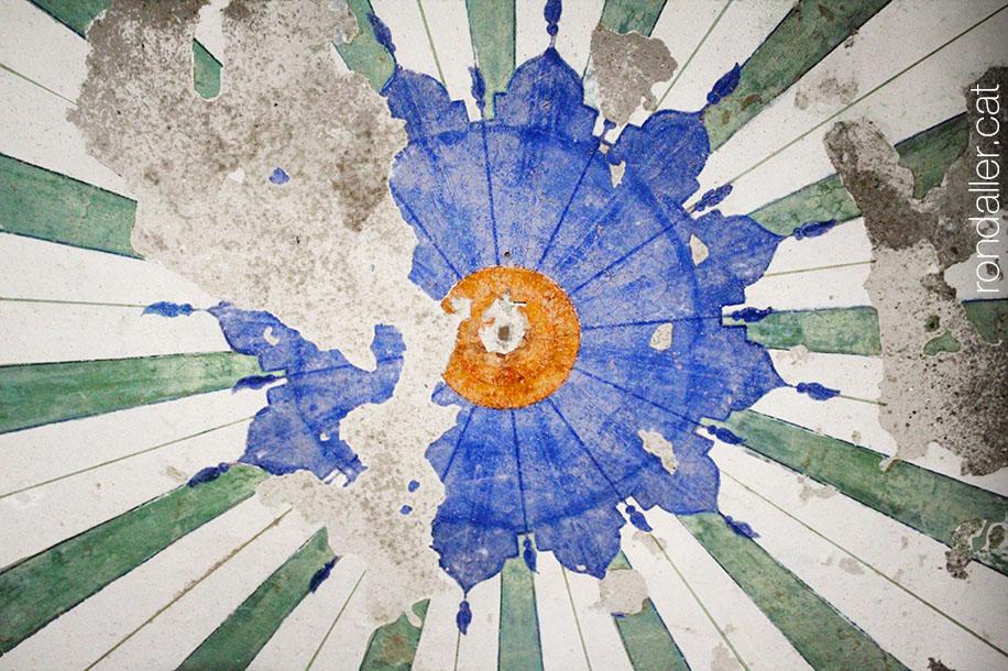 Pintures fetes malbé al sostre de la capella.