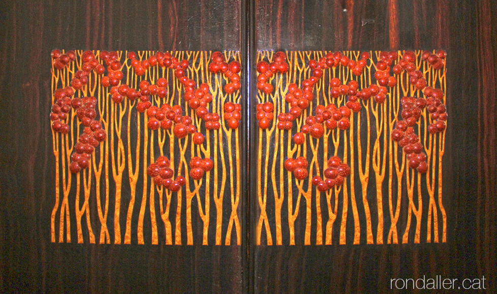 Detall de la decoració d'un moble art-déco realitzat per per l'ebenista Josep Jofré.