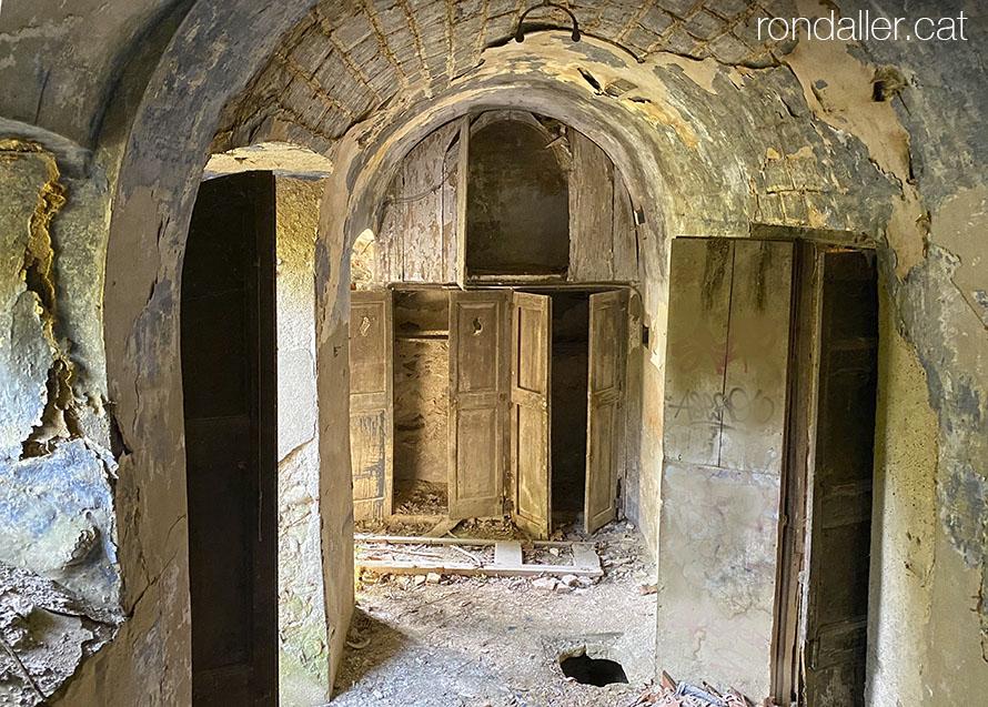 El Palau Berenguer de Bescanó. Interior abandonat de l'edifici.