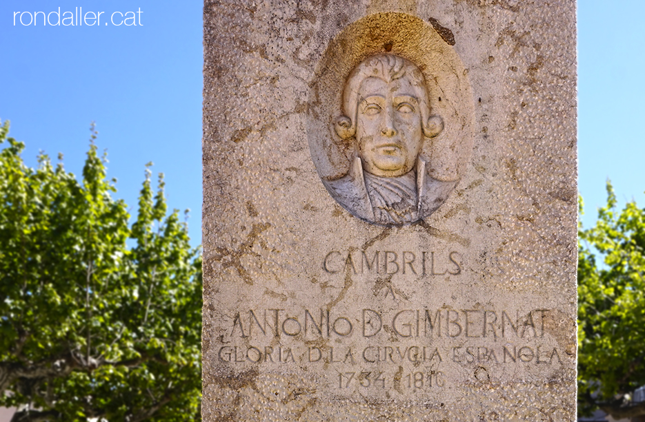 Relleu amb el bust del Doctor Gimbernat amb una dedicatòria..
