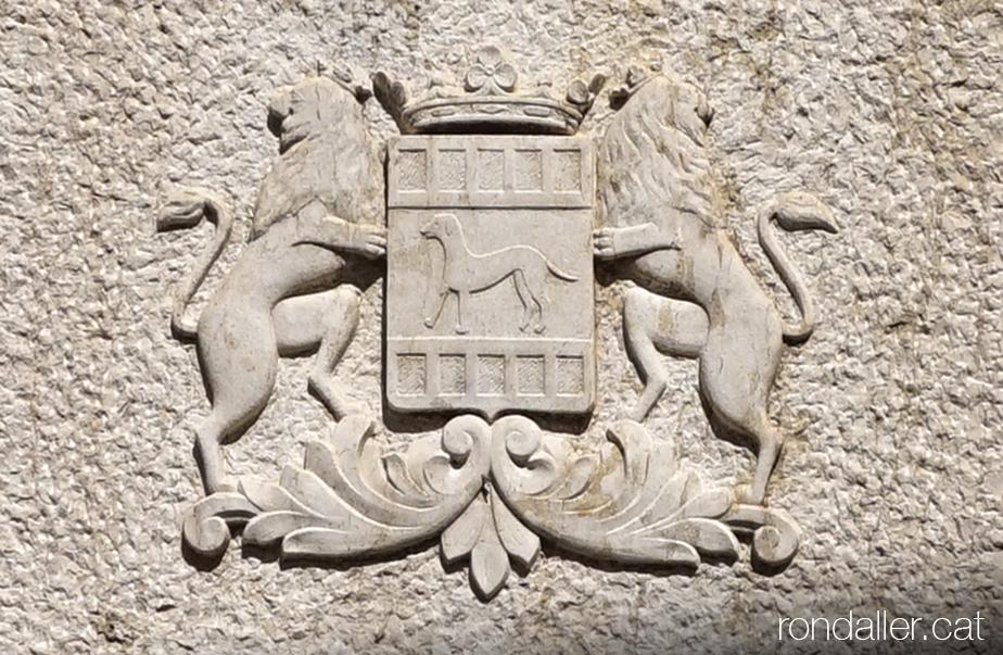 Escut de Cambrils en relleu, a la columna de pedra del monument.
