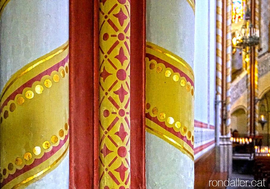 Decoració mural d'estil medieval a l'interior del temple.