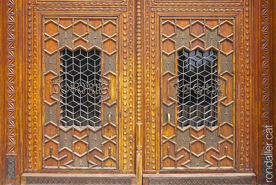 Portes de fusta a l'entrada principal del Santuari de la Misericòrdia de Canet de Mar.
