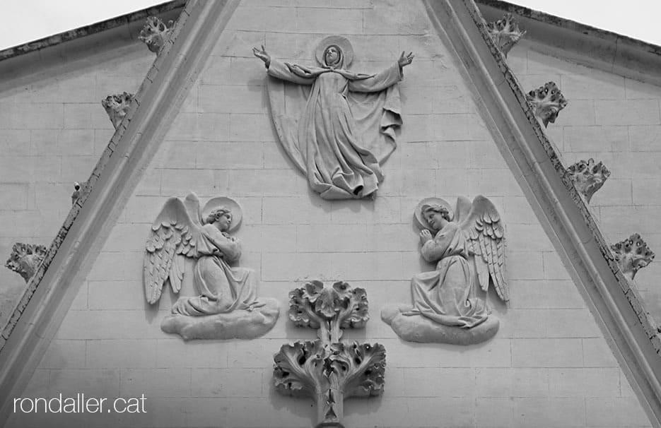 Conjunt escultòric a la portalada neogòtica del Santuari de la Misericòrdia de Canet de Mar.