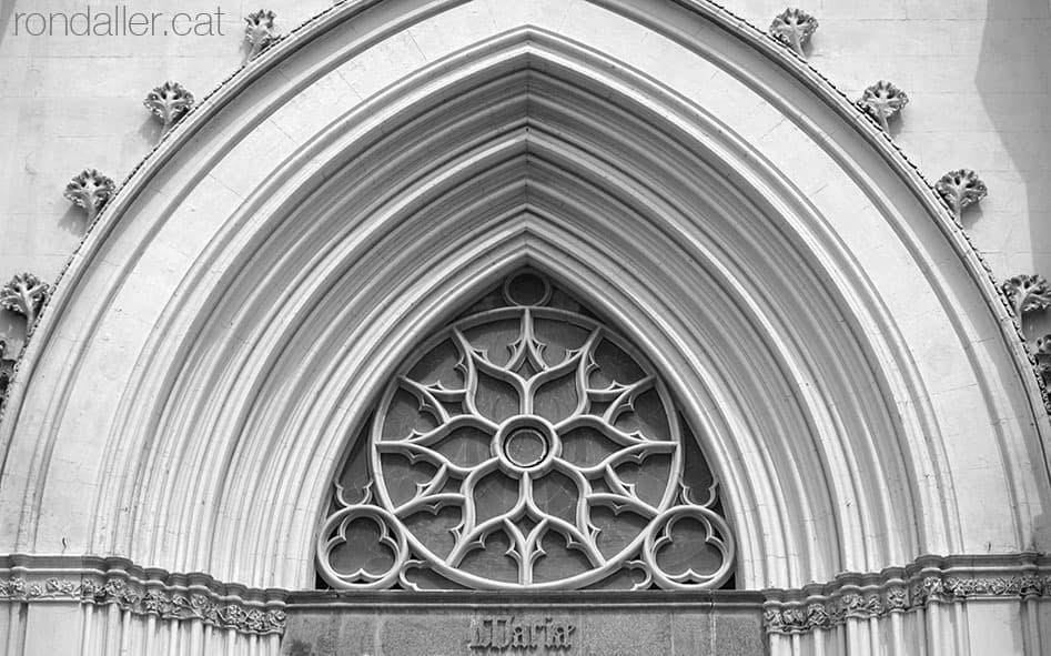 Timpà de la portalada neogòtica del Santuari de la Misericòrdia de Canet de Mar.
