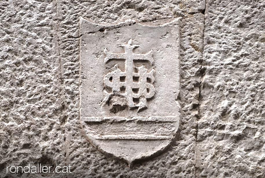 Escut amb l'anagrama IHS a la llinda de pedra d'un habitatge al carrer de Sant Josep de Moià.