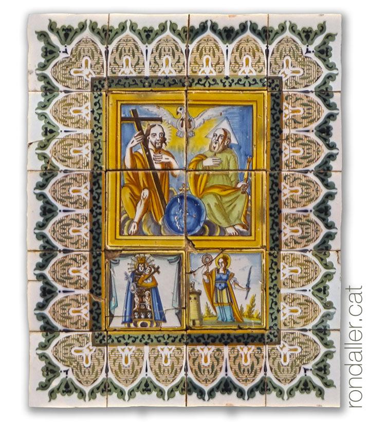 Retaules devocional amb la representació de la Trinitat, Santa Bàrbara i la Mare de Déu dels Desamparats.