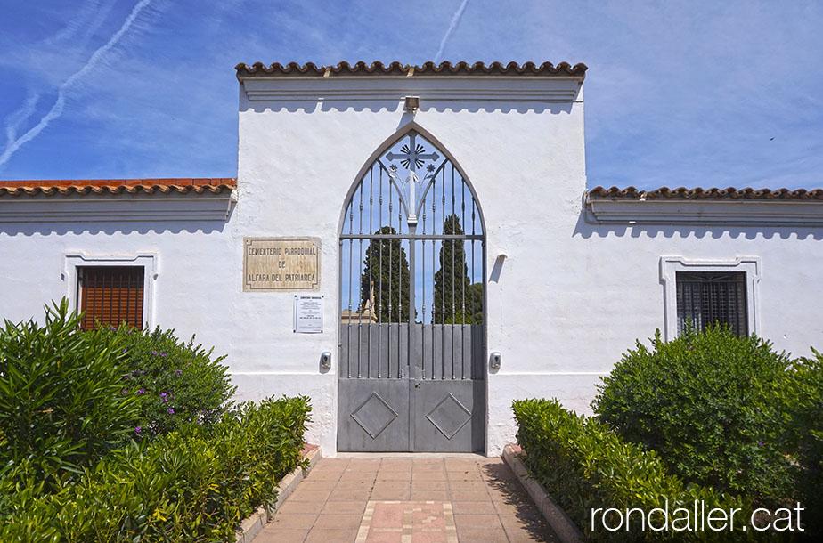 Entrada del cementiri parroquial d'Alfara del Patriarca.