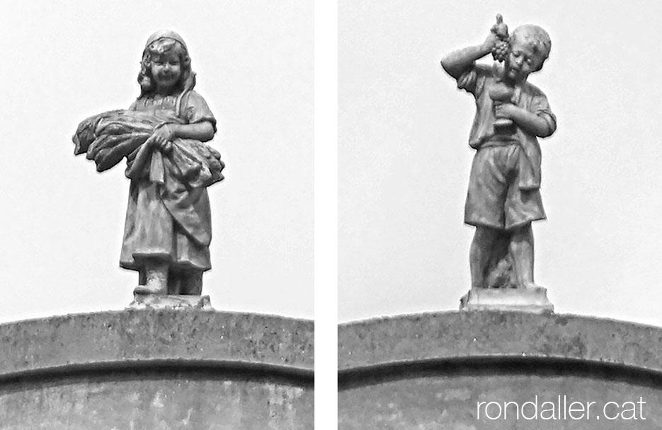 Escultures d'una nena i un nen que representen la sega i la verema.