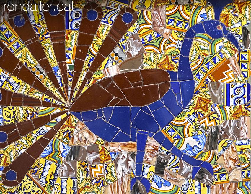 Mosaic de trencadís amb un gall dindi en una façana a El Puig de Santa Maria.