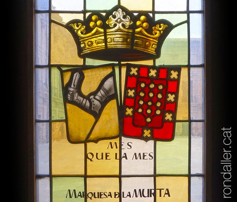 Vitrall amb un escut al claustre del monestir de Santa Maria del Puig.