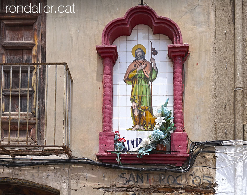 Capelleta devocional amb la imatge de Sant Roc.