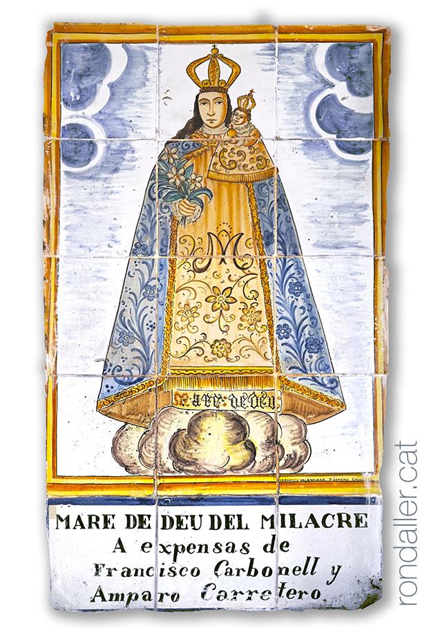 Plafó ceràmic amb la imatge de la Mare de Déu del Miracle.