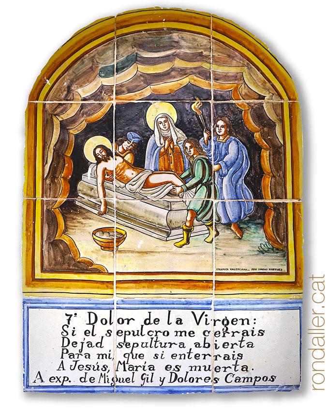 Plafó ceràmic amb la representació del setè dolor de la Verge al viacrucis.