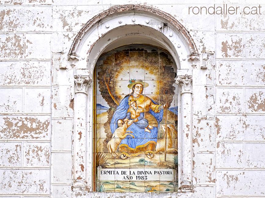 Fornícula amb un plafó ceràmica representant la imatge de la Divina Pastora.
