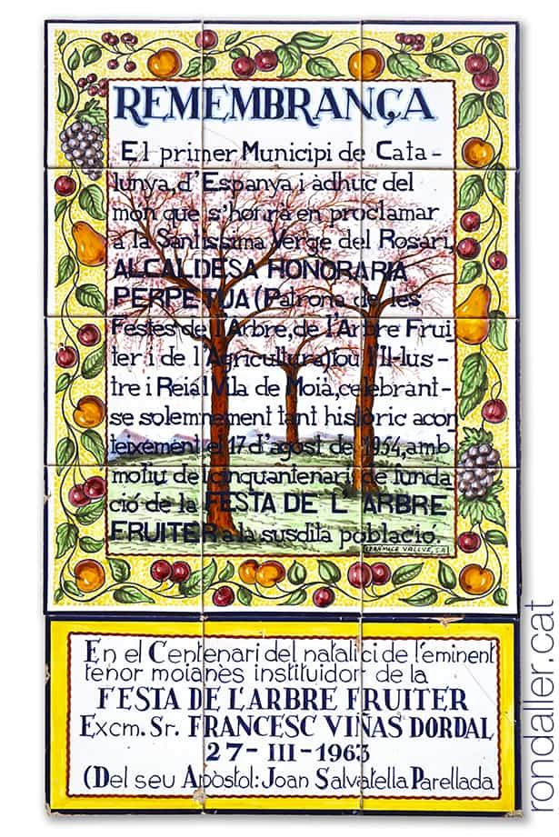 Plafó ceràmic del 1954 amb una dedicatòria a la Verge del Rosari a la plaça de Sant Sebastià de Moià.