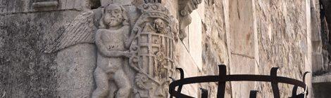 Escut de Moià a la cantonada de l'església parroquial de Santa Maria.
