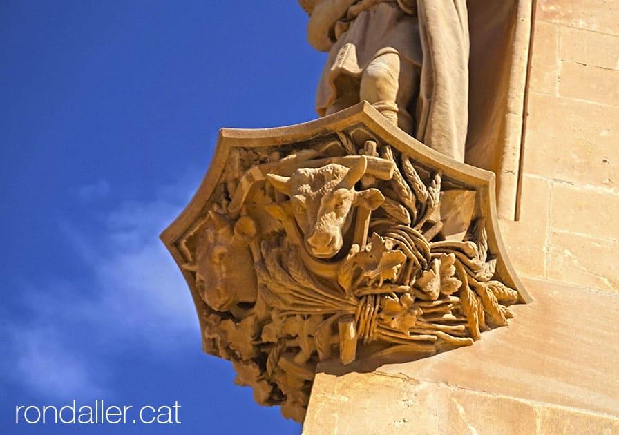 Mènsula amb el cap d'uns bous, als peus de l'escultura de Sant Isidre.