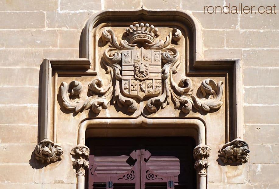Escut de pedra damunt d'una de les finestres neomedievals.