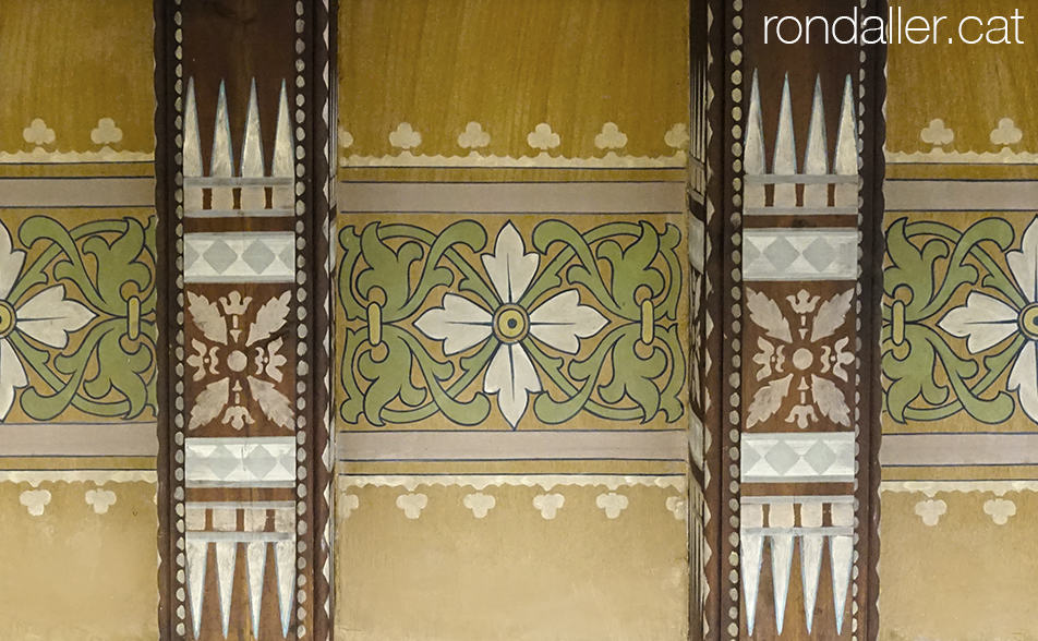 Bigues i sostre d'una estança del castell de Vila-seca decorats amb motius vegetals i geomètrics.