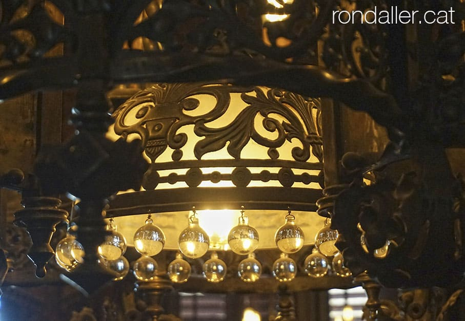 La magnífica làmpada de ferro forjat i vidre del menjador.