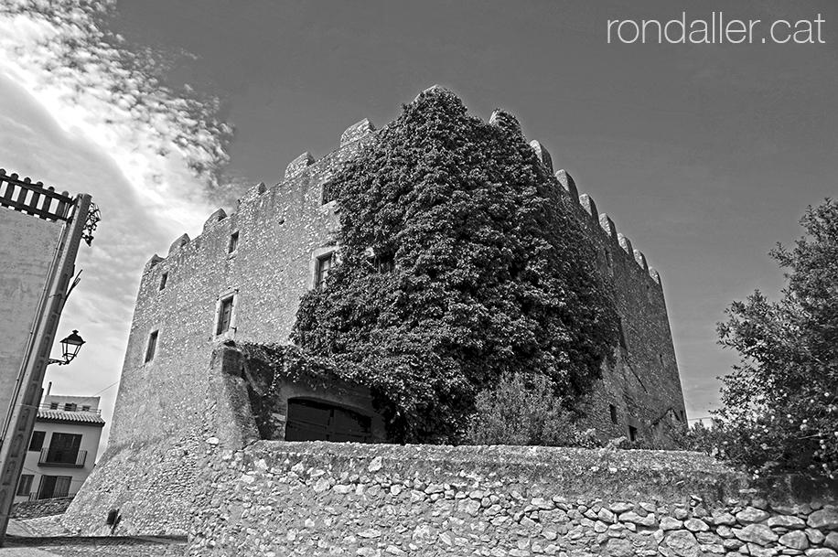 El castell de Creixell s'alça imponent i molt ben conservat.