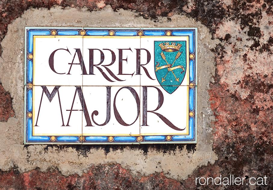 El campanar de Jujol a Creixell es troba a tocar del carrer Major.