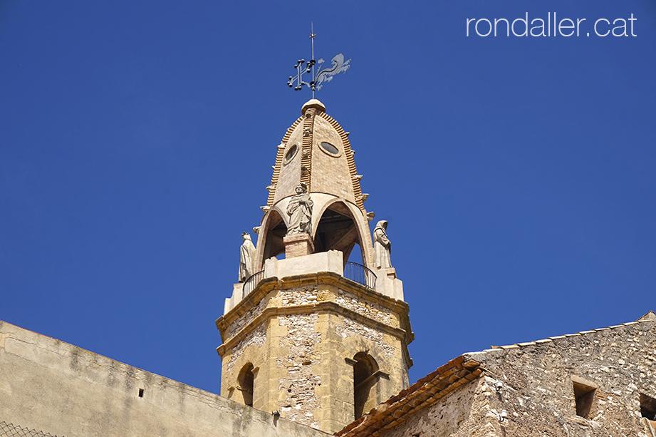 El campanar de Jujol a Creixell amb els quatre sants i el penell dal capdamunt.