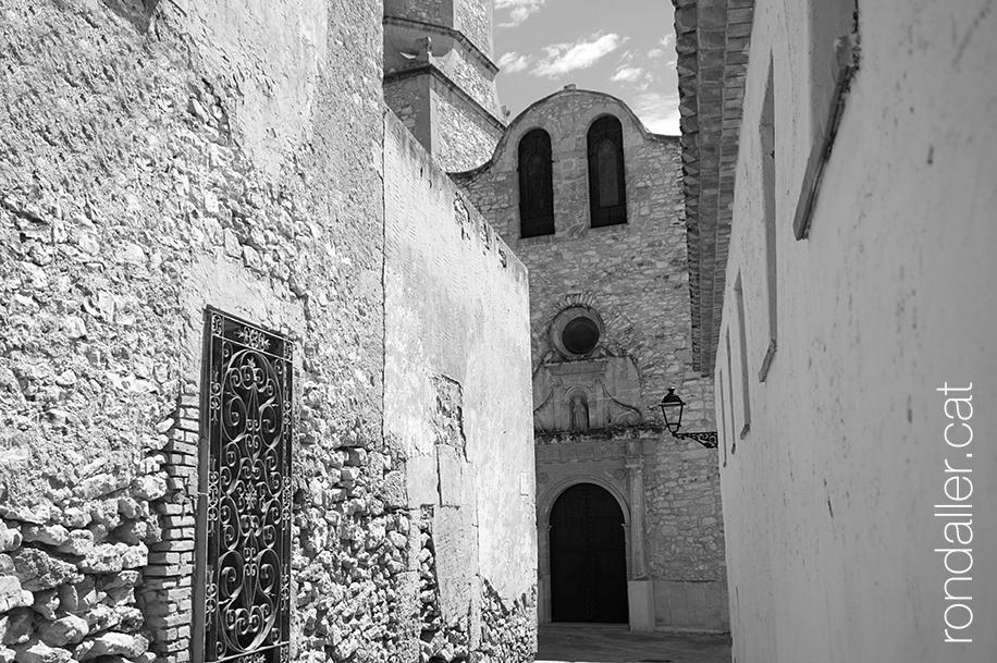 El campanar de Jujol a Creixell. Vista de la façana principal des d'un carreró.