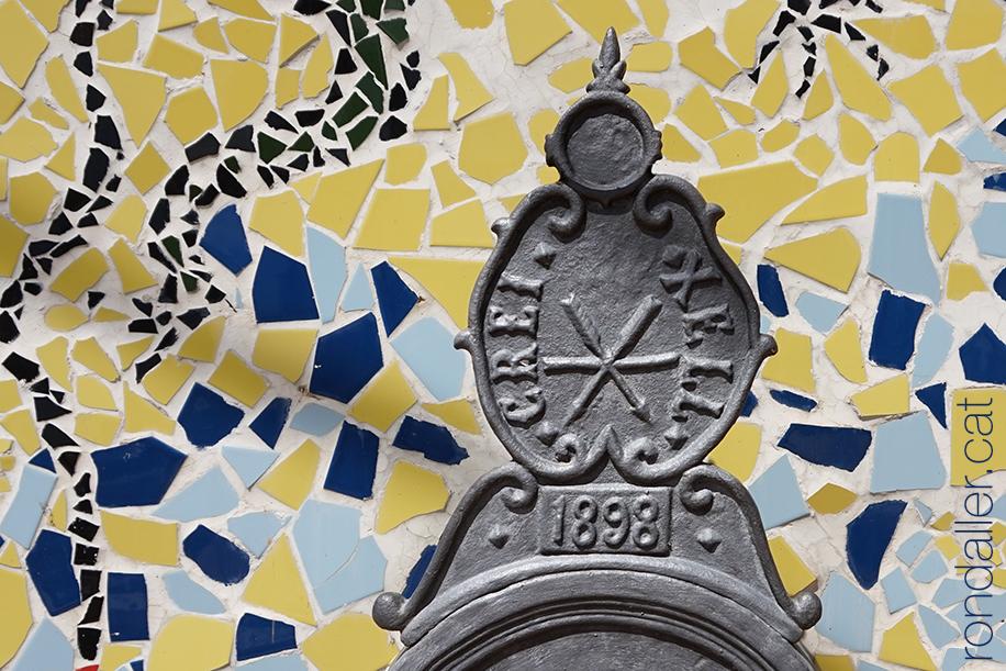 Antic escut de Creixell en una font del 1898 al carrer Major.