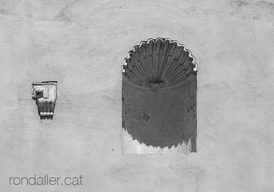 Fornícula buida en un solar al carrer de Sant Jaume de Creixell.