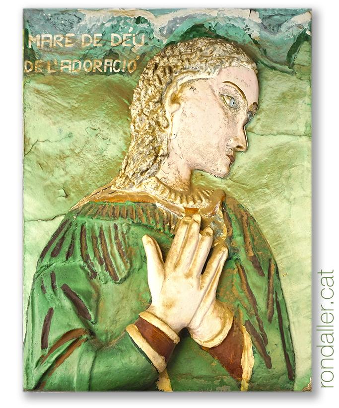 Relleu de la Mare de Déu de l'Adoració realitzada per Isidre Castells a Sant Andreu de Palomar.