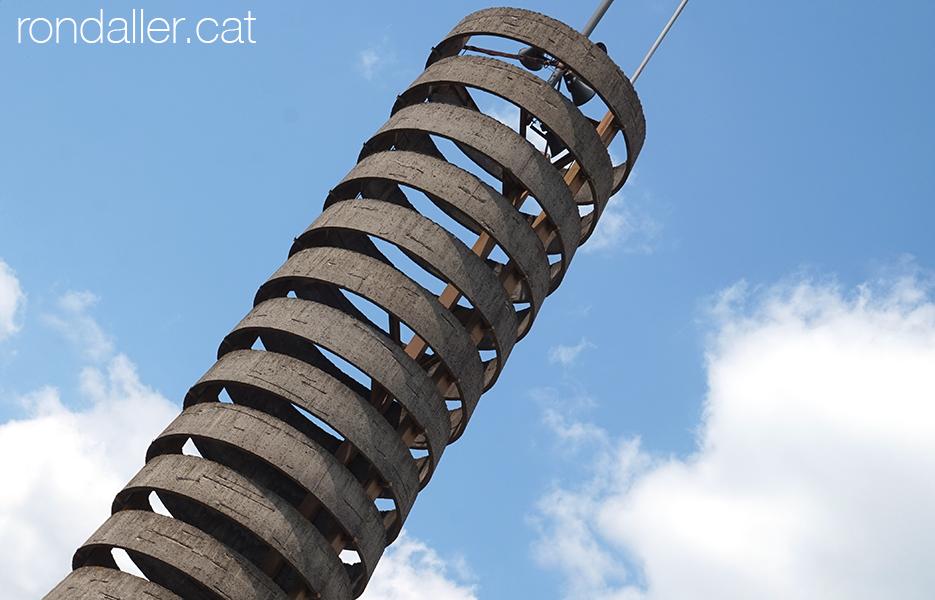 Església de La Canya. Detall del campanar format per anelles de ciment.