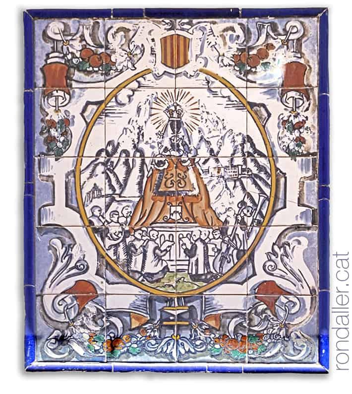 Plafó ceràmic de la Mare de Déu de Montserrat al carrer de la Guàrdia de Tossa de Mar.