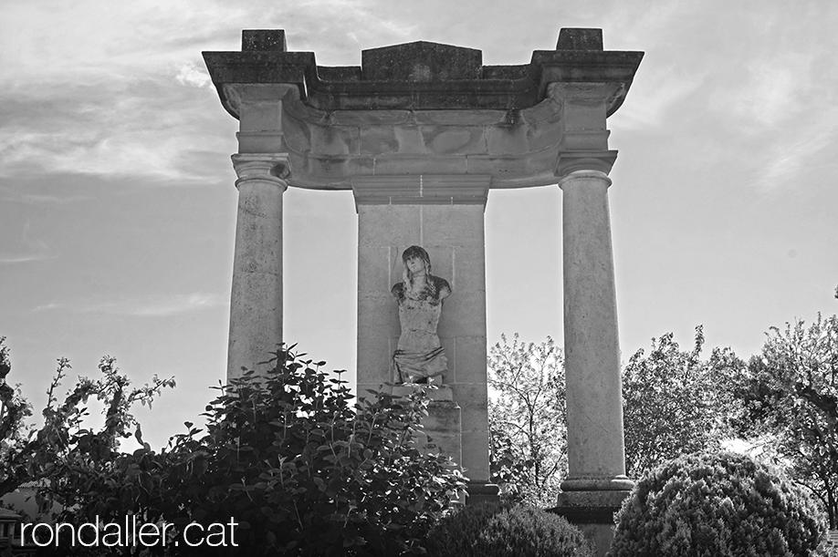 18 històries de Moià. Monument a Sant Sebastià, realitzat per Cèsar Martinell.