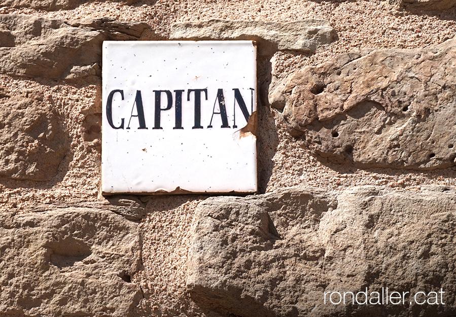 18 històries de Moià. Rajola a la porta d'un habitatge que indicava l'allotjament d'un militar.