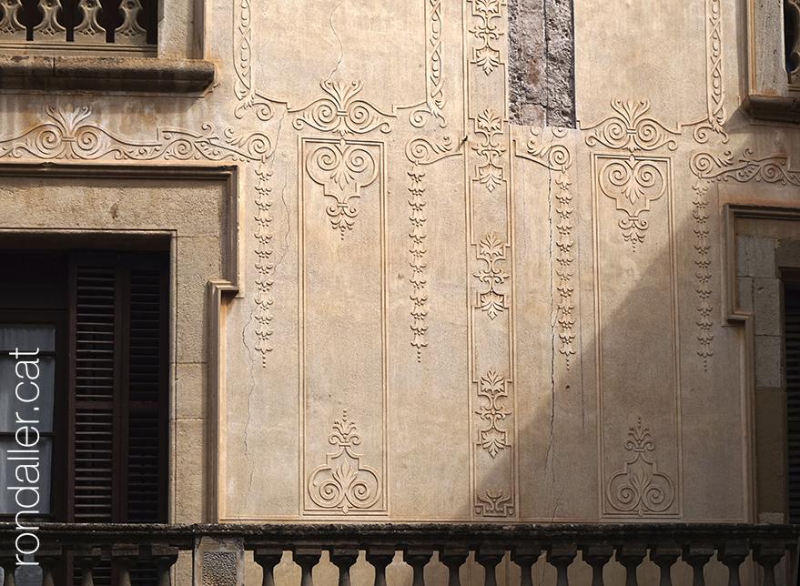18 històries de Moià. Esgrafiats a la façana de Can Bussanya.