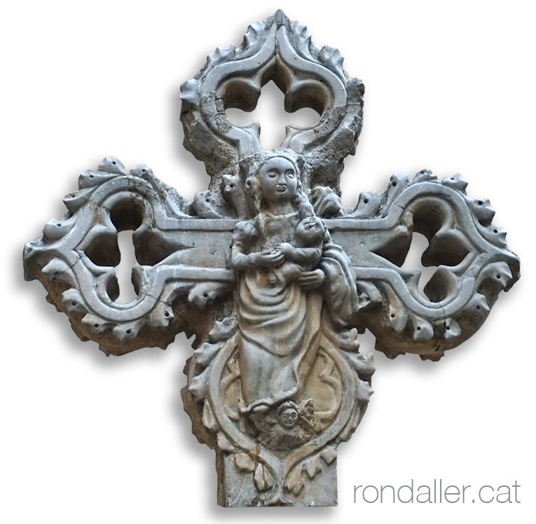 Creu de terme gòtica al costat de l'església de Santa Maria.