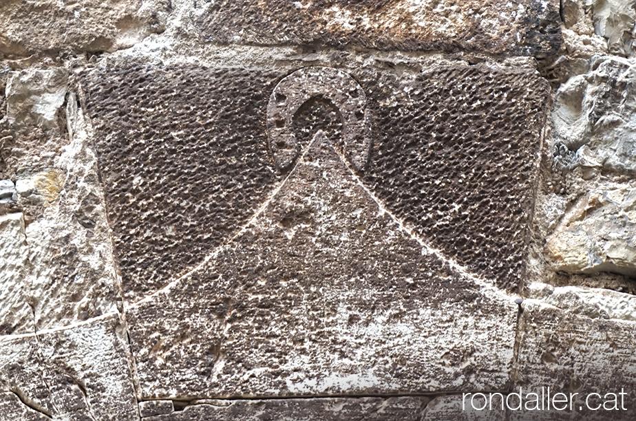 Dovella a l'entrada de Ca l'Andreu amb el relleu d'una ferradura.