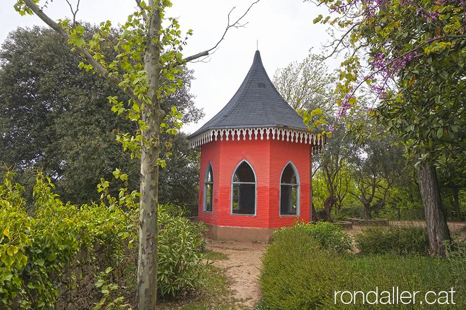18 històries de Moià. Glorieta vermella al parc Francesc Viñas.