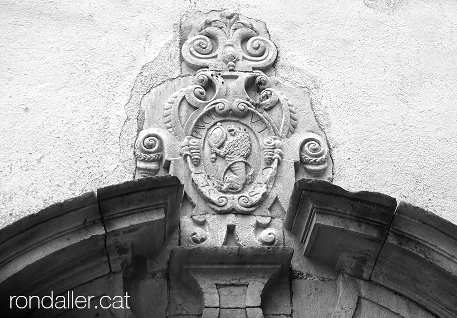 Escut de pedra dels Alòs a la portalada de la capella de Sant Josep de Moià.