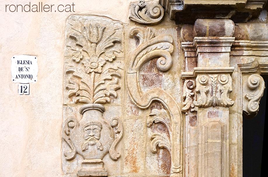 18 històries de Moià. Portalada barroca de l'església de Sant Antoni de les Escoles Pies.